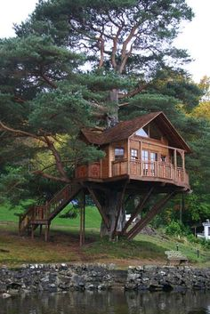 3 Unique Ideas To Build Tree House Architecture : Tree House Ideas. building a house,green environment,tree architecture design,tree house building,tree house ideas Cool Tree Houses, Beautiful Tree Houses, Beautiful Homes, Outdoor Buildings, Tree House Designs, Forest House, Cabins In The Woods, In The Tree, Log Homes