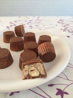 As soon as spotted, as soon as tested . These little chocolates seduced me at first glance, crossed at Lilie Bakery, I did not resist! Desserts With Biscuits, No Cook Desserts, Chocolate Bonbon, Chocolates, Cracker Toffee, Ice Cream Party, Wedding Desserts, Food Humor, Breakfast For Kids
