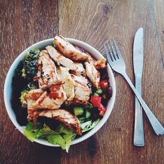 Shopping fuel! Daymmm this bowl is filled with a whole lot'a salad goodness, grilled chicken and hummus. Yumm! #Padgram