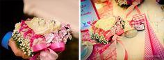 Eheringe auf Ringkissen und Tischdekoration einer Hochzeit
