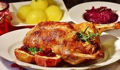 Jak na nadívanou pečenou kachnu   recept Healthy Recipe Videos, Healthy Recipes, Easy Healthy Dinners, Easy Dinner Recipes, Delicious Meals, Sunday Roast Dinner, Dinner Menu, Roast Duck, Food Dinners
