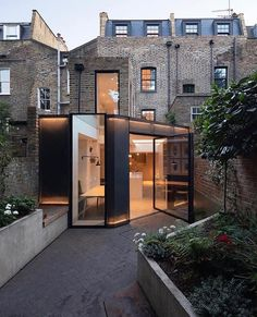 The Signal House. Designed by Fraher Architects Located in London, UK📍🇬🇧 Architects London, Modern Architects, Architecture Résidentielle, Futuristic Architecture, Futuristic Houses, British Architecture, Futuristic Design, Georgian Terrace, Hillside House