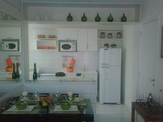 O apê no decorado da construtora. Foto 1: Sala e cozinha americana.