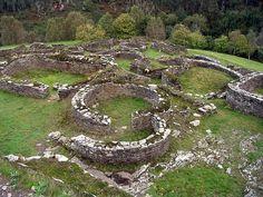 Monumentos da herança cultural asturiana. Castro de Coaña, do século I dC. Província das Astúrias, Espanha. – Wikipédia, a enciclopédia livre.