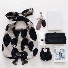 こちらは黒と白の持ち物で。ミナペルホネンのusa bag(うさバッグ)とも統一感を出したモノトーンの組み合わせがお洒落です。