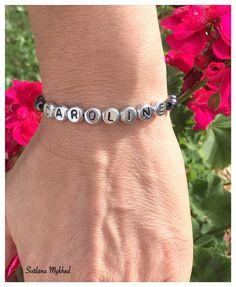"""Bracelet avec prénom """"Caroline"""". Bracelet avec prénom enfant, adultes. Perles lettre acryliques plaqué couleur argenté : Bijoux pour hommes par perles-et-couronnes"""