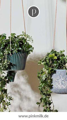 Ohne viel Platz einen grüne Oase schaffen, geht das? Na klar! Und zwar mit hängenden Blumentöpfen, z.B. von Broste Copenhagen. #brostecopenhagen #brostecph #blumentopf #gartenideen #balkonideen #terrassenideen #dekoideen #pflanzen Shops, Broste Copenhagen, Diys, Garden, Plants, Pallet, Decor, Diy Decoration, Flowers Vase