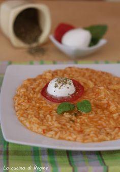 Risotto caprese, un primo piatto dai sapori mediterranei con pomodori san marzano, mozzarella di bufala, basilico ed origano, olio evo