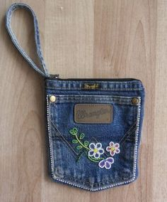A beaded Pocket purse that I made from an old pair of Wranglers! I wasn't su… A beaded Pocket purse that I made from an old pair of Wranglers! I wasn't sure how it was going to turn out, so I kept beading to a minimum. Jean Pocket Purse, Denim Purse, Jeans Pocket, Jean Crafts, Denim Crafts, Blue Jean Purses, Pocket Craft, How To Make Purses, Diy Handbag