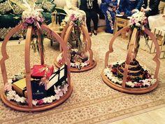 Tyafer modernes – Sophia Jamai Wedding Hamper, Wedding Gift Boxes, Engagement Gift Baskets, Engagement Gifts, Ramadan Decorations, Wedding Decorations, Umbrella Decorations, Creative Wedding Gifts, Trousseau Packing