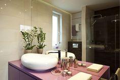 <p><strong>Mała łazienka</strong> z liliowym mocnym akcentem sprawia wrażenie większej niż w rzeczywistości – w projekcie łazienki przewidziano bowiem pojemne schowki i nowoczesne rozwiązania. Zobacz udany<strong> projekt łazienki</strong>, która ma niecałe 5 m2 i KOSZTORYS.</p>