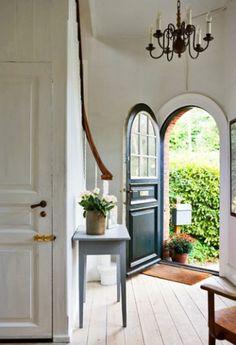 Prachtige voordeur met ronde bovenkant en raampjes. De ronde bovenkant geeft deze deur meteen een mooi, klassiek uiterlijk. Erg mooie entree zo!