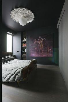 Dwell on Design Dark Ceiling, Ceiling Rose, Bedroom Ceiling, Bedroom Decor, Bedroom Bed, Williamsburg Apartment, Dwell On Design, Dark Interiors, Dream Bedroom