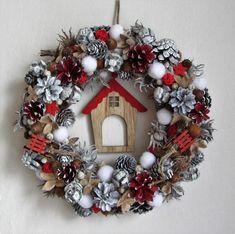 Věnec+s+chaloupkou+-+přírodní+věnec+(šišky,+žaludy,+turecká+líska,+bukvice,+suché+plody)+-+doplněno+dřevěnými+sáňkami,+hvězdičkami,+sněhovými+koulemi+a+uprostřed+dřevěný+domeček..+-+průměr+31+cm Woodland Christmas, Christmas Art, Christmas Wreaths, Christmas Decorations, Holiday Decor, Floral Arrangements, Seasons, Crafts, Design