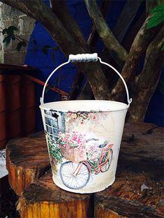 Eski Eşyaları Boyama Pratik Ev Eşyaları Yapmak - Güzel Sözler Tin Can Crafts, Crafts To Make And Sell, Diy And Crafts, Decoupage Tins, Decoupage Vintage, Victorian Crafts, Mod Podge Crafts, Painted Mailboxes, Shabby Chic Crafts