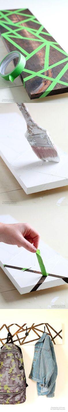 Colgador de pared con decoración geométrica Interesante proyecto de Liz Fourez que hemos encontrado en iheartnaptime. Si te parece atractivo el diseño de este colgador a dos tonos, ¡anímate a fabricar
