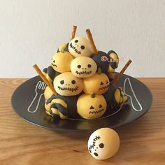 Perfect idea for halloween party Japanese Sweets, Halloween Cakes, Halloween Treats, Halloween Party, Cute Desserts, Dessert Recipes, Bread Shaping, Kawaii Dessert, Food Humor