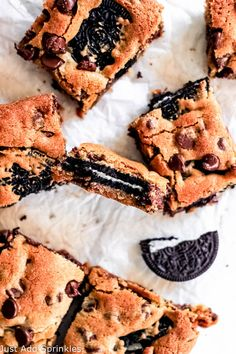 Oreo Stuffed Cookie Bars!!! Classic chocolate chip cookie bars with Oreos in the middle, so freaking good! #justaddsprinkles #Oreo #cookiebars