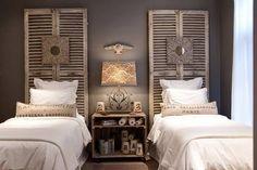 UN BUEN RESPALDO Los postigos también se usan en decoración como respaldos en los dormitorios, para dar un apoyo a las camas.
