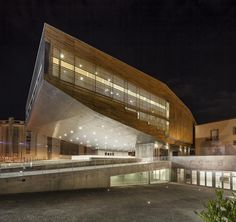 Night view of Cultural Center entrance. Cultural Center in Castelo Branco by Josep Lluis Mateo. Photography ©Adrià Goula.