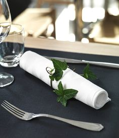 Easy and elegante - sometimes less is more when it comes to create an elegant table setting. Wrap a green branch around the napkin to create an elegant feeling to the black and white. table scapes, tablesettings