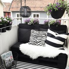 """875 gilla-markeringar, 92 kommentarer - ✖️DIY➖INTERIOR➖SWEDEN✖️ (@100kvadratmeter) på Instagram: """"Åh vad nöjd jag är över min balkong, blev så mysigt man kan göra mycket även fast man har…"""" Diy Interior, Pallet Furniture, Sunroom, The Great Outdoors, Future House, Love Seat, Sweet Home, Couch, Instagram Posts"""