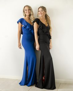 💛 ¿Azul o negro? ¿Los dos? Estos vestidos y muchos más te esperan en nuestros locales 💛