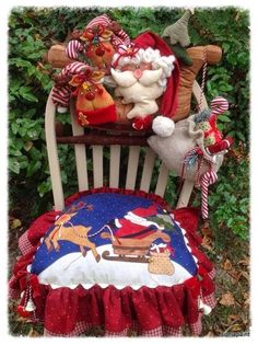 Covertor de sillas navideño. Christmas Chair, Christmas Sewing, Christmas Items, Christmas Stockings, Christmas Holidays, Christmas Crafts, Christmas Decorations, Holiday Decor, 242
