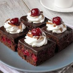 Švarcvald kocke - kao torta, samo mnogo brže i jednostavnije. Čokoladno i višnjasto... Recept na blogu #mysticcakes (link u opisu profila) #blackforest #cake #schwarzwald #schwarzwalder #foodporn #yummy #schwarzwalderkirsch #food #chocolate #cherry #blackforestcake #dessert #delicious #instafood #blackforestcubes #foodphotography #foodblog #cokolada #visnje #kolac