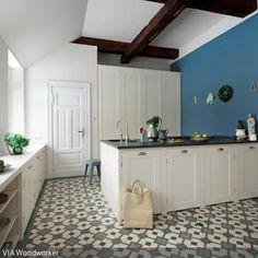 Die grünen Fliesen mit Muster machen die Besonderheit des Raumes aus, denn das Fliesenmuster bringt Tiefe und Leben in die Küche. Die Kombination aus der…