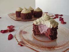 the best part about these raw raspberry red velvet cupcakes: you can enjoy them even if you're on a raw diet or a cleanse. the second best part: they're red velvet cupcakes, for crying out loud. Raw Vegan Desserts, Raw Vegan Recipes, Vegan Treats, Just Desserts, Dessert Recipes, Healthy Desserts, Delicious Desserts, Vegan Cupcakes, Vegan Cake