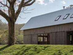 Paul Uhlmann Architects builds barn-like rural retreat in Australian bush American Barn, Modern Barn House, House Games, Timber Beams, Double Vitrage, Rural Retreats, Weekend House, Architect Design, Ground Floor