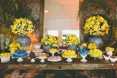 Mesa de casamento amarelo com azul marinho