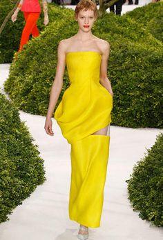 Karl Lagerfeld para Chanel retomó elementos clásicos de la casa como el tweed para crear femeninos conjuntos.