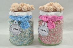 Haak zelf deze babyvoetjes voor het mooiste kraamkado. Vul de glazen pot met wat je leuk vindt en zet jou gewenste naam op het label. Haakpret