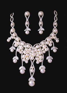 Noble Grape Shape White Pearl Jewelry Set For Wedding. Earrings Size 6*1.2 cmPendant Size 9*11 cmChain Length 38-43 cm. See More Wedding Jewelry Sets at http://www.ourgreatshop.com/Wedding-Jewelry-Sets-C924.aspx