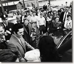 Elvis and Priscilla with baby Lisa Marie leaving hospital 1968 - See more at: http://www.elvispresleymusic.com.au/pictures/photos_elvis_priscilla_lisa_marie.html#sthash.7IUvyBtZ.dpuf
