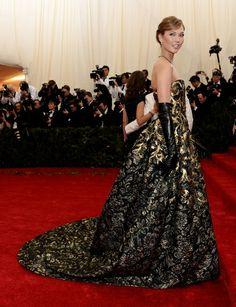 Met Gala 2014. Karlie Kloss in Oscar de la Renta.