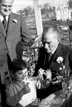 ✿ ❤ Atatürk ve küçük Ülkü Florya'da, 1937 Blond, Turkish Army, The Legend Of Heroes, The Turk, Turkish Fashion, Fathers Love, Child Day, Great Leaders, Modern History