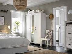 Quarto pequeno com um roupeiro com duas portas em branco e uma porta espelhada Aqui em conjunto com uma cama e uma cómoda em branco