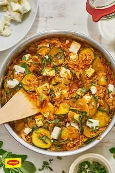 Zucchini-Pfanne mediterran Lecker mediterran und mit… Zucchini pan Mediterranean Delicious Mediterranean and with many valuable ingredients! Try our recipe and test a tasty pan of zucchini, onions, rice and spicy feta. Vegetarian, made fast and hearty! Turkey Recipes, Veggie Recipes, New Recipes, Crockpot Recipes, Healthy Recipes, Tasty Vegetarian, Easy Dinner Recipes, Easy Meals, Southern Recipes