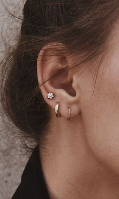 Ideas for ear piercings. Double piercings and unique piercings including helix, rook and lobe. Earring styles including hoop, minimalist and statement. Gold and silver earrings. Cute Ear Piercings, Daith Piercing, Double Lobe Piercing, Second Hole Piercing, Web Piercing, Helix Ring, Piercings For Girls, Street Style Boho, Ear Piercings