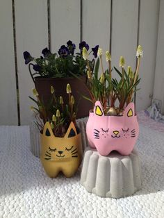 Kitten made of pet bottles Plastic Bottle Planter, Plastic Bottle Crafts, Bottle Cap Crafts, Diy Bottle, Diy Crafts Hacks, Diy And Crafts, Crafts For Kids, Art From Recycled Materials, Recycled Crafts