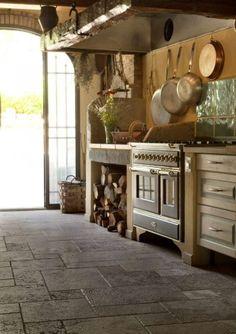 FOTO 10: Cucina di un vecchio Mulino in toscana con pavimento anticato in vari formati