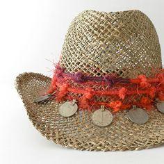 Sombrero cowboy ajustable, decorado con pasamanería coral y morada, monedas antiguas de tribus nómadas. Realizado artesanalmente y fabricado en España. Composición fibras vegetales.