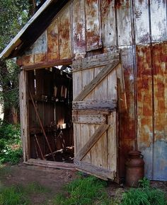 The Old Barn Door. Now that's a barn that has worked. Farm Barn, Old Farm, Country Barns, Country Life, Country Living, Country Roads, Old Barn Doors, Barn Pictures, Wedding Pictures