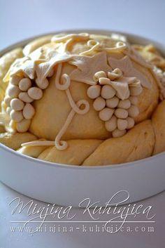 Vinogradarska pogača Ukrainian Recipes, Croatian Recipes, Beautiful Pie Crusts, Crackers Appetizers, Holiday Bread, Bread Shaping, Bread Art, Braided Bread, Bread And Pastries