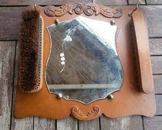 Kledingborstels met spiegel vroeger bijna in iedere gang of hal te vinden.