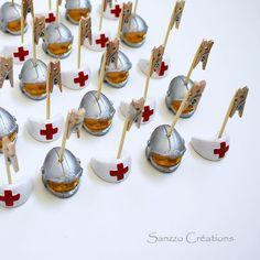Marque place ou porte nom forme casque de pompier et coiffe d'infirmière pour mariage. Réalisé par Sanzzo.