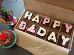 Make someone's birthday a little bit sweeter with this Happy Birthday brownie message gift box. With festive decorations and delicious flavors, these artisan brownies will make the perfect edible birthday gift. Brownie Packaging, Dessert Packaging, Bakery Packaging, Bake Sale Packaging, 9x13 Brownie Recipe, Brownie Cake, Box Brownies, Cake Decorating Videos, Cake Decorating Techniques